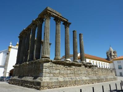Templo_Romano_de_Diana_(P1010730).jpg